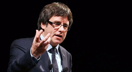 Puigdemont claudica ante Junqueras y cesa a los consejeros menos soberanistas