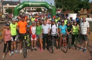 Cientos de personas participan en el V Día de la Bicicleta de las Fiestas de Tanos
