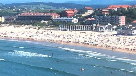 Cadena humana en la playa de La Concha de Suances