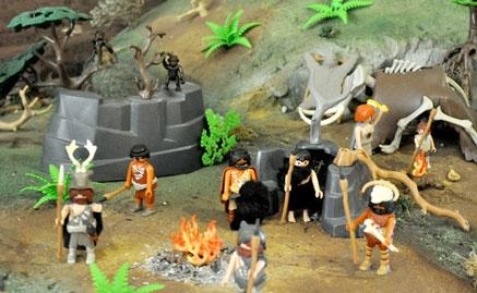 El MUPAC acoge un diorama que recrea escenas de la prehistoria con figuras de Playmobil
