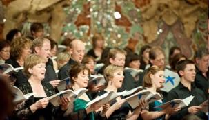 Más de 260 cantantes aficionados junto con una orquesta, solistas y directores de prestigio internacional