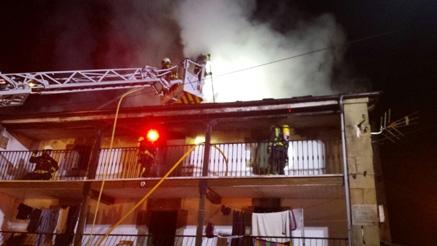 Bomberos del 112 extinguen un incendio en una vivienda de Vega de Pas