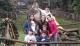 Las niñas y niños de Cosgaya abrazan a Pelayo