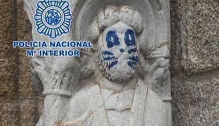 Buscan al autor de las pintadas 'tipo Kiss' en la Catedral de Santiago