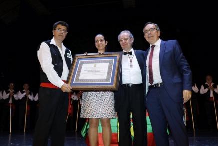 Los Garcilasos recibieron la medalla de oro arropados por las Corales y cientos de personas