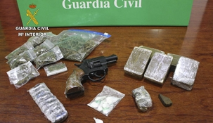 Detenidos un hombre y una mujer tras desmantelar un punto de venta de droga en Entrambasaguas