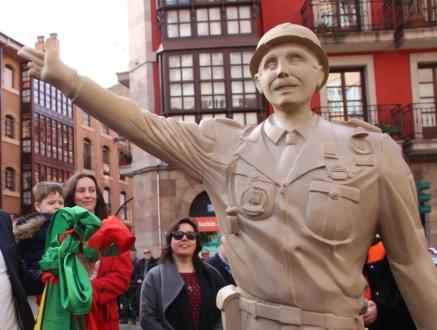 """Inaugurado el monumento al """"Nureyev de Torrelavega"""" y a todos los guardias de Cuatro Caminos"""
