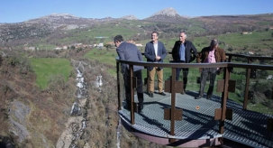 Martín adelanta que  Turismo financiará la instalación de una tirolina sobre las cascadas del río Gándara