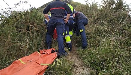 Rescatada una senderista con una posible fractura de pierna en Pedredo