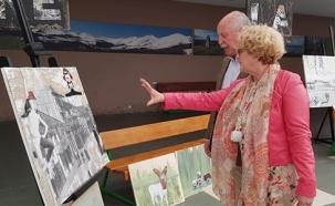 Éxito de la pintora Elena Illera en Reinosa, a cuyo ayuntamiento dona una de sus obras