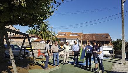 Mejoran tres parques infantiles en Tanos