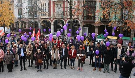 """Torrelavega se moviliza en la Plaza Mayor por el """"no"""" a la violencia contra la mujer"""