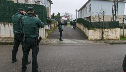 Un operativo de la Guardia Civil logra la marcha de una familia conflictiva de Polanco