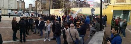 Prosiguen las concentraciones de los trabajadores de Sniace frente al Ayuntamiento