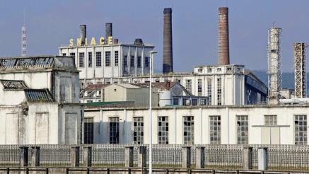 El Ayuntamiento sigue sin valorar el despido de los 450 trabajadores de Sniace