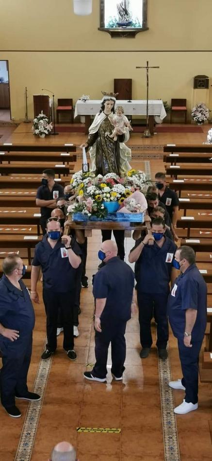 Costaleros de la Virgen del Carmen del Pesquero homenajean a la patrona del mar