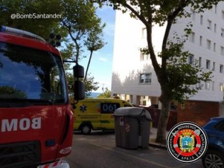 Bomberos asisten a persona atrapada en cama articulada en la calle Duque Santo Mouro