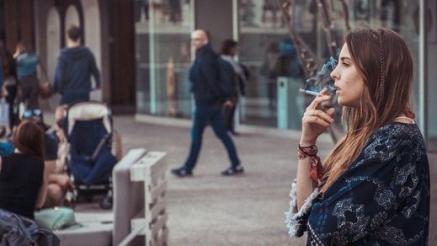 Fumar en la calle, actividad prohibida en el borrador del nuevo plan de Sanidad para frenar el coronavirus