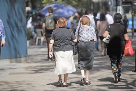 Las mujeres jubiladas de Cantabria cobran de media 535 euros menos al mes que los hombres