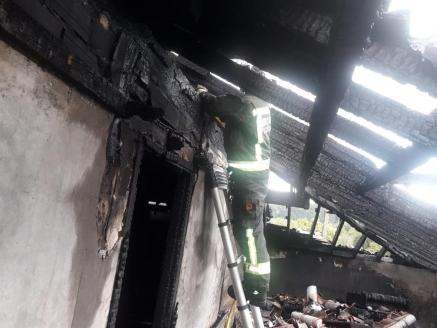 Bomberos del 112 extinguen un incendio en una vivienda de Villaescusa
