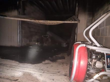 Bomberos del 112 extinguen un incendio en garaje de Unquera