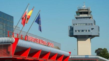 El aeropuerto Seve Ballesteros tiene 13 vuelos nacionales y 12 internacionales