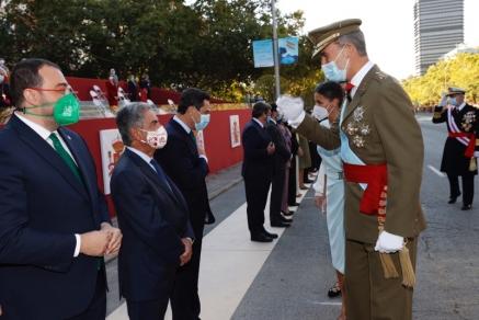 Revilla asiste en Madrid al homenaje a la bandera y al desfile militar de la Fiesta Nacional